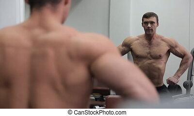 reusachtig, zijn, bodybuilder, spierballen, spiegel, voorkant, optredens