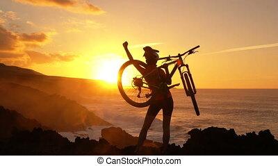 reussite, femme heureuse, cycliste, montagne faisant vélo, élévation, mains