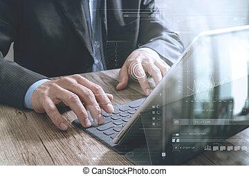 reussite, homme affaires, main, fonctionnement, à, tablette numérique, amarrage, intelligent, clavier, sur, bureau bois