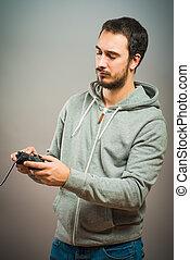 revizor, hra, video, mladík