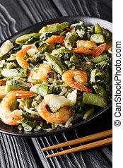 revolver fríen, de, camarón, con, espinaca, soja, brotes,...