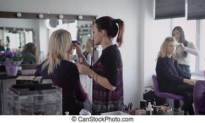rewizja, od, piękno, shop., trzy dziewczyny, w, piękno, shop., girlfriends, przygotowywać, dla, niejaki, modny, partia., przedimek określony przed rzeczownikami, makeup artysta, robi, niejaki, charakteryzacja, do, przedimek określony przed rzeczownikami, jasnogłowa kobieta, kieruje, fundacja, na, niejaki, face.