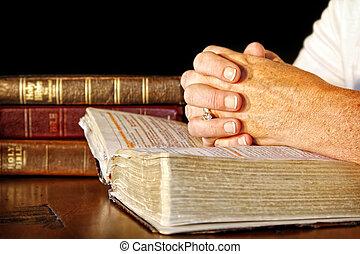 rezando, mujer, con, santo, biblias