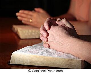 rezando, mujer, hombre, biblias