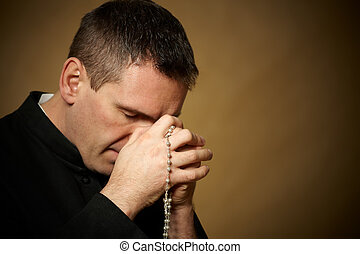 rezando, sacerdote