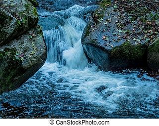 riachuelo, con, agua corriente