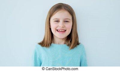 riant petite fille