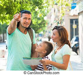richting, van middelbare leeftijd, gezin, wijzende, man