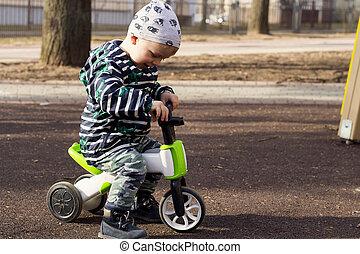 ride., bilda, utomhus, cykel, lurar, pojke, concept., bike., kindergarten, avnjut, toddler., förskola, toys, playground., ridande, le, sport, aktiv, liten knatte, child., lycklig
