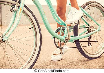 ride., close-up, vrouw, fiets, haar, jonge, gereed, vasthouden, voet pedaal