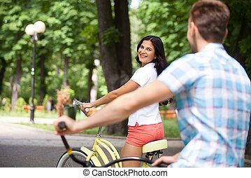 ride., coppia, parco, giovane, bicicletta, allegro, biciclette, sentiero per cavalcate