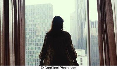 rideaux, appartement, femme, ville, jeune, height., fenêtre, regarde, 3840x2160, séduisant, apprécie, ouvre, vue