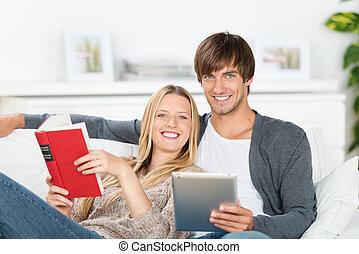 ridere, coppia, libro lettura, e, ebook