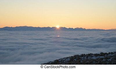 ridge., a, soleil blanc, nuages, montagnes., vue, sur, ...