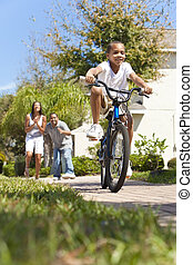 ridning cykel, lycklig, amerikan, pojke, familj, afrikansk, föräldrar, &