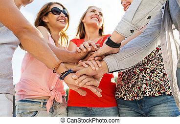 riempirsi, mani, amici vicini, felice