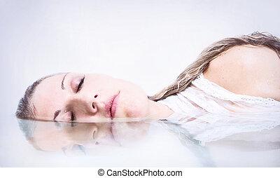 riflessione acqua, donna