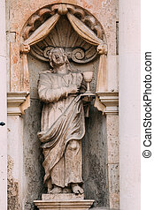riga, latvia., afsluiten, oud standbeeld, van, man, met, kom, op, facade, van, straat. peter, kerk