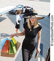 rige, kvinde, bær, shopping bags, mens, boarding, menig jet