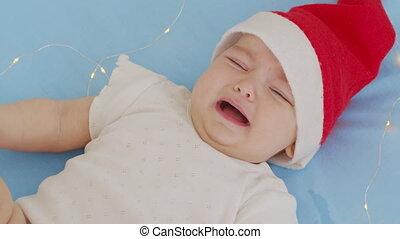 rigolote, 2021, sofa., garçon, bébé, nourrisson, santa, year., sourire, mensonge, chapeau, mignon, porter, peu