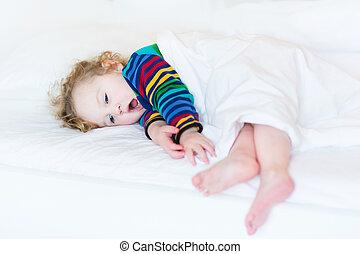 rigolote, bâiller, prendre, lit, petit somme, girl, enfantqui commence à marcher, blanc