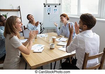 rigolote, bureau, plaisanterie, ouvriers, applaudir, divers, rire, équipe