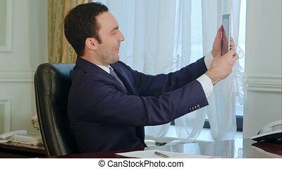rigolote, bureau, tablette, prendre, jeune, selfies, numérique, homme affaires, homme, heureux