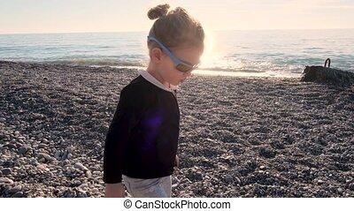 rigolote, coucher soleil, lunettes soleil, girl, jeux, plage, caillou
