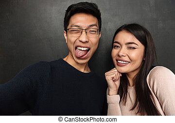 rigolote, couple, ensemble, poser, asiatique, confection, selfie, heureux