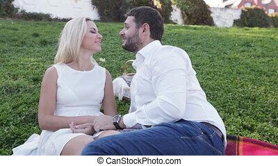 rigolote, couple, pelouse
