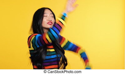 rigolote, danse, jaune, femme asiatique, fond