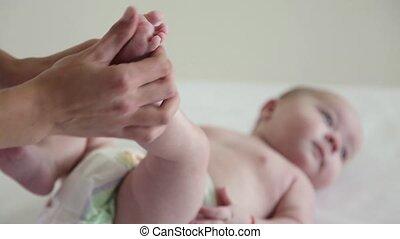 rigolote, elle, figure, maman, massage bébé