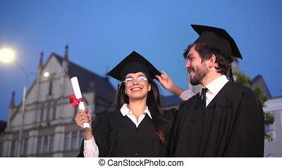 rigolote, faire idiot, danse, graduation., après, diplômés, robes académiques