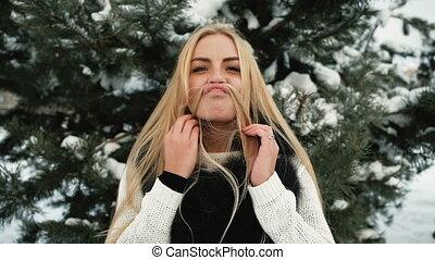 rigolote, femme, autour de, neigeux, forêt pin, dehors, fools, hiver