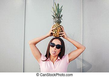 rigolote, femme, usures, elle, elle, tongue., tient, isolé, girl, sunglasses., arrière-plan., adulte, ananas, head., blanc, spectacles, rayé, stands