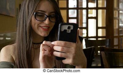 rigolote, femme, vidéos, regarder, média, smartphone, social, café, défilement