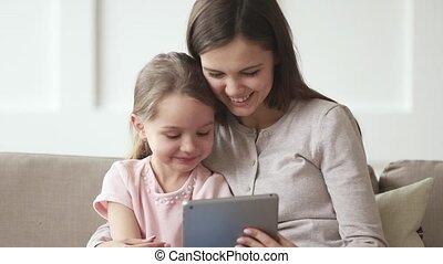 rigolote, fille, tablette, regarder, dessins animés, maman, gosse, heureux