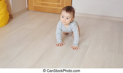 rigolote, garçon, intérieur, ramper, bébé, maison