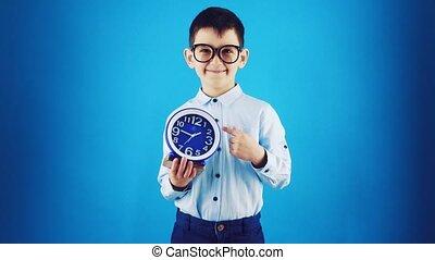 rigolote, gosse, heureux, arrière-plan., bleu, horloge