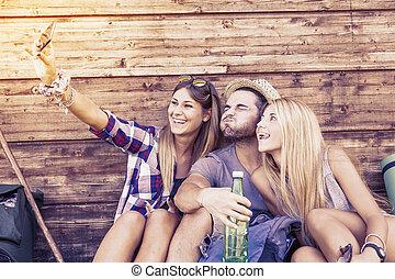 rigolote, groupe, prendre, téléphone, sourire, amis, selfie, intelligent