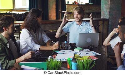 rigolote, histoire, sien, business, séance, réussi, communication, concept., gai, dire, workplace., jeunesse, collègues, bureau, coupure, pendant, type, réunion, rire