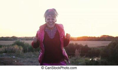rigolote, lent, regard, danse, soleil, âge, motion., avoir, rock., femme, par, adulte, mûrir, rocher, amusement, coucher soleil, excité, 1920x1080