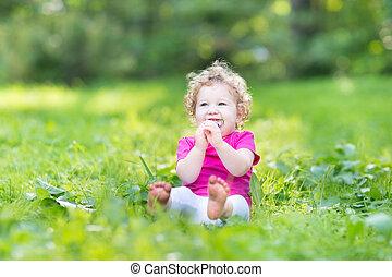 rigolote, manger, bouclé, ensoleillé, parc, bonbon, dorlotez fille, adorable