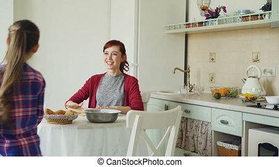 rigolote, marche, concept, fille, autour de, elle, gens, cuisine, famille, jeune, nourriture, quoique, pâte, danse, weekend., rouler, maison, peigne, chant, mère, cuisine