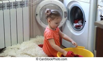 rigolote, mignon, petite fille, obtient, propre, choses, depuis, les, lavage, machine., bébé, et, laundry.