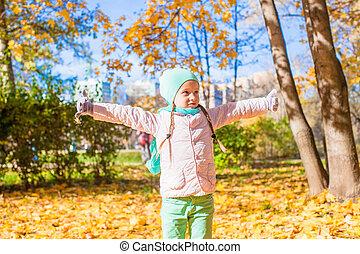 rigolote, peu, feuilles, parc, jets, automne, automne, girl, jour