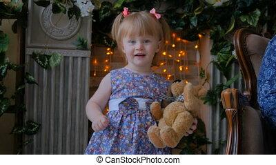 rigolote, peu, poupée, ours, maison portrait, girl