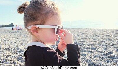 rigolote, plage, caillou, girl, coucher soleil, lunettes soleil, jeux