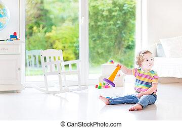 rigolote, pyramide, salle, wi, jouer, jouet, blanc, enfantqui commence à marcher, girl