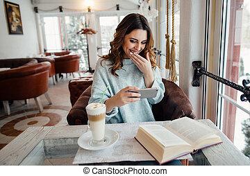 rigolote, regarder, jeune, téléphone, vidéo, rire, girl, café, intelligent, heureux